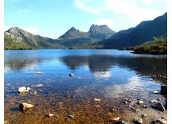 蓝天白云下的山峰湖泊美景图片