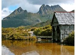 山峰湖泊小屋风景图片