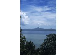 蓝天白云下的湖泊风光图片