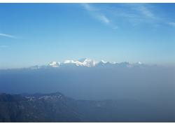 蓝天下的雪山山峰高清图片