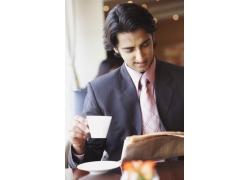 喝咖啡看报纸的商务男人图片