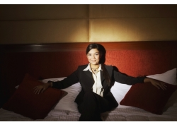 高级酒店床上坐着的职业女性高清图片