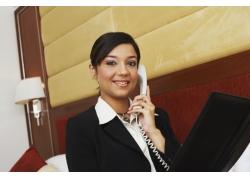 酒店卧室接电话的职业女性高清图片
