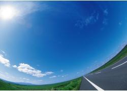蓝天白云草地公路高清图片
