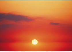 夕阳染红天空高清图片