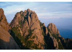 高耸的山川远景摄影图片