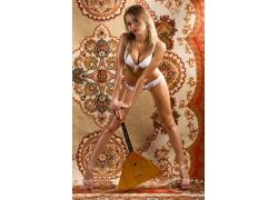 手拿吉它的俄罗斯性感美女高清图片