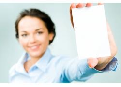 手拿白色卡片的商务女人高清图片