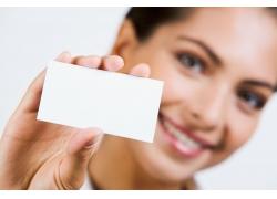 手拿空白卡片的商务女人高清图片