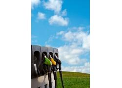 蓝天下草地上的加油站高清图片