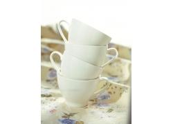 四个白色杯子摞在一起高清图片