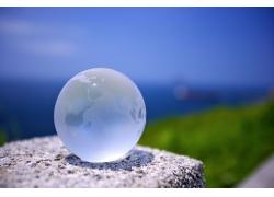 放在石面上的水晶地球模型图片