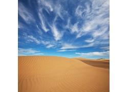 蓝天白云下的沙漠风光高清图片