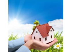 双手捧着的小房子环保概念图高清图片