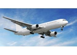 蓝天中飞翔的航天飞机高清图片