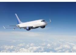 白云间飞行的航天飞机高清图片