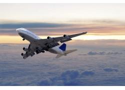 穿梭云间的航天飞机高清图片