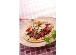 一盘草莓冰激凌食品高清图片