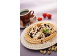 一杯咖啡和一碟美食高清图片
