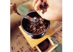 正在研磨咖啡时摄影高清图片