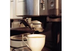 一杯咖啡和咖啡机器高清图片
