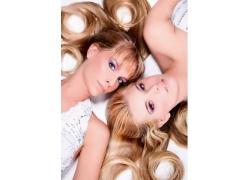 两个躺着外国美女个性发型高清图片