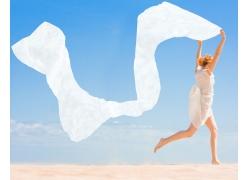 海边赤脚奔跑的女孩高清图片