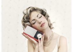听收音机的外国美女高清图片