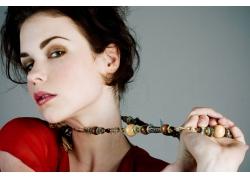 戴着项链的外国美女高清图片