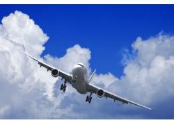 天空中飞翔的飞机高清图片