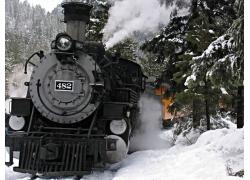 雪地里行驶的蒸汽火车高清图片