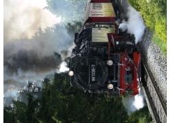 行驶中的蒸汽火车高清图片
