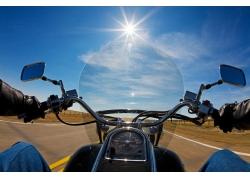 行驶中的摩托摄影高清图片