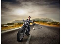 公路行驶中的摩托高清图片