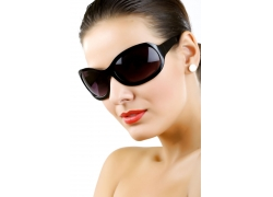 戴墨镜的女模特高清图片
