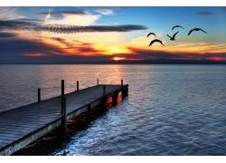 黄昏时的湖泊摄影图片