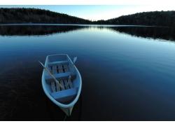 湖泊上的小船摄影图片