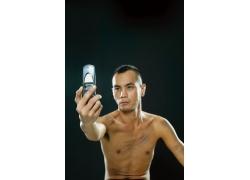 拿手机自拍的半裸男人图片