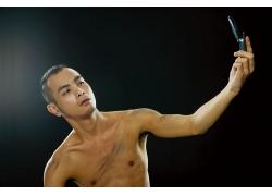 拿手机拍照的冷酷男人图片