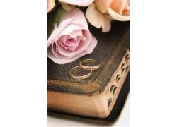 玫瑰花与结婚戒指