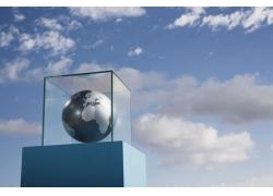 玻璃框内的黑白地球