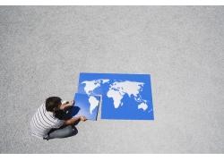 外国男人与世界地图拼图