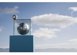 玻璃框内的灰色地球