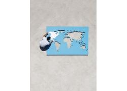 男人与镂空地图拼图摄影