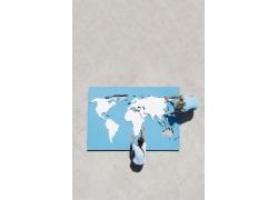 外国男女拼世界地图拼图