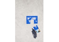 世界地图拼图与外国男人