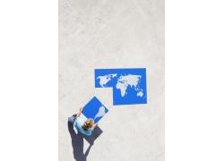 外国男人与世界镂空地图拼图