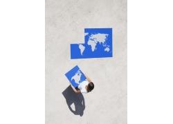 外国女人与世界地图拼图