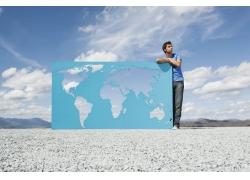 蓝天下的男人与镂空世界地图