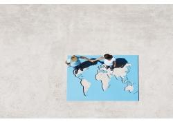 站在世界镂空地图上的牵手情侣